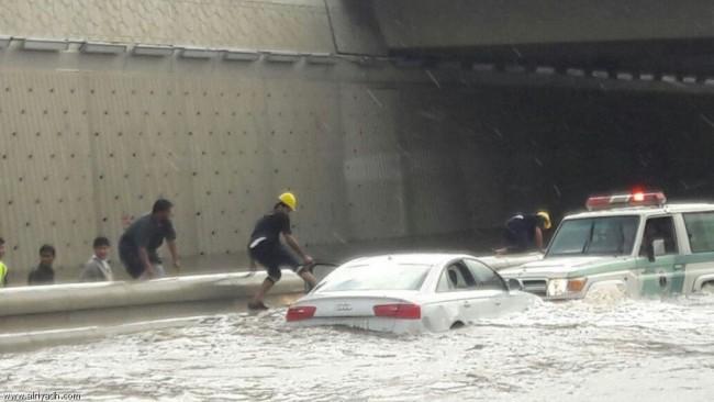 غرق و تعطل لكثير من السيارات في أمطار جدة