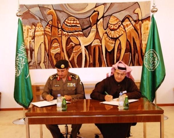 الخليفي والعميد البسامي خلال توقيع الاتفاقية